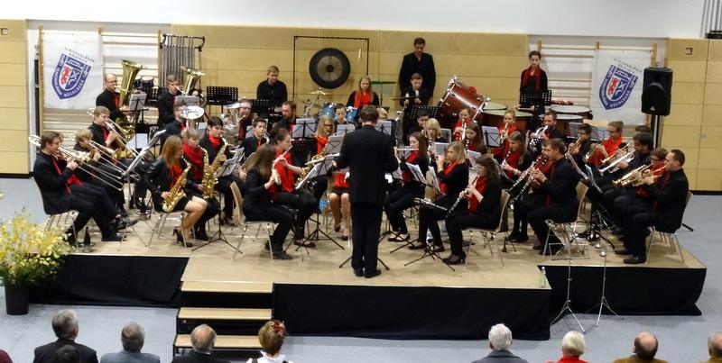 """Bild: Das Sinfonische Orchester der Ulrichsbläser begeisterte bei der Weltpremiere des """"Marsches 3. Oktober"""" sein Publikum. (Fotos Heisl)"""