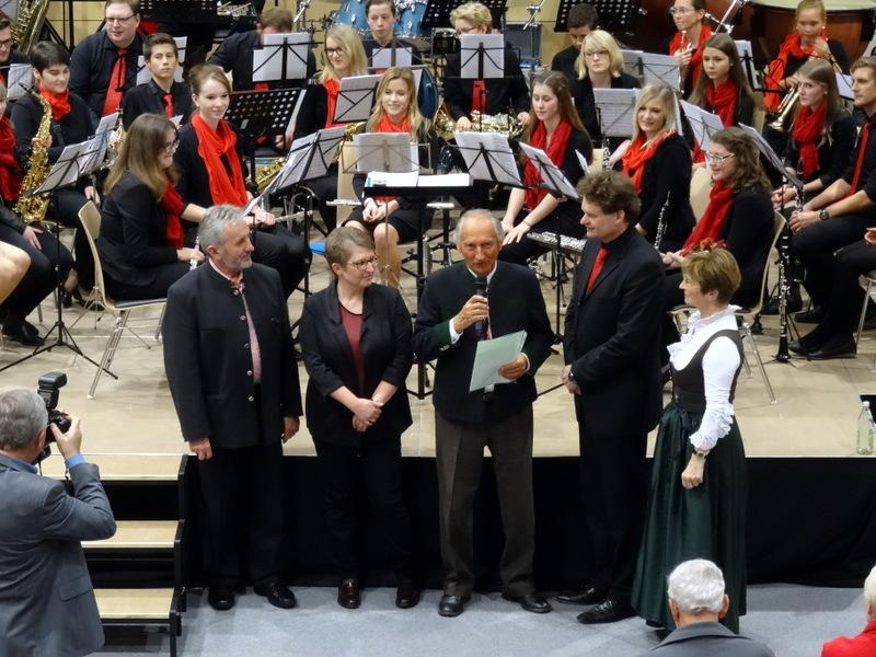 Professor Heribert Raich (Mitte) übergab dem musikalischen Leiter der Ulrichsbläser Josef Maderer (2.v.re.) die Originalnoten seines Marsches 3. Oktober, v.li. Bürgermeister Norbert Marold, 1. Vorsitzende Marion Gastinger und Vizelandrätin Gerlinde Kaupa.